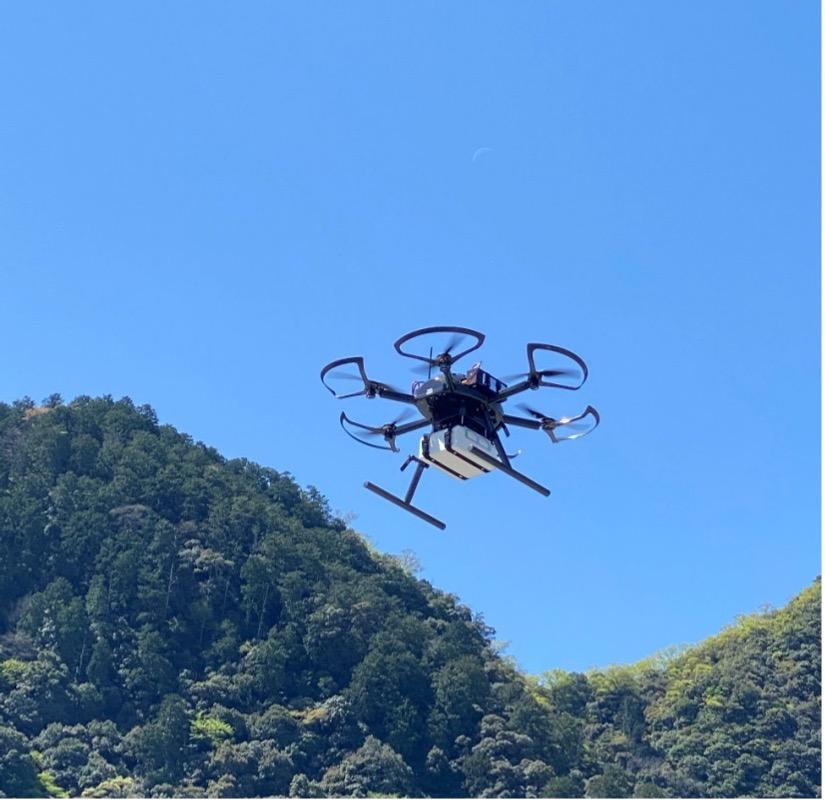 リモート情報共有システムと連携したAED搬送ドローンの飛行の様子
